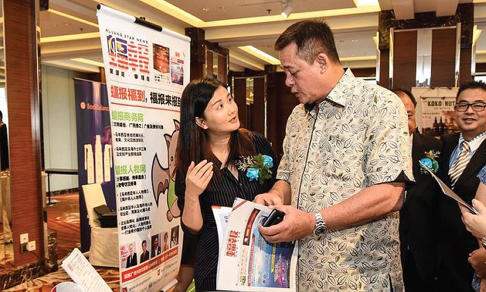 柔佛皇室 YM Tunku Hassan 巡视展销会并给予蝠报建议。