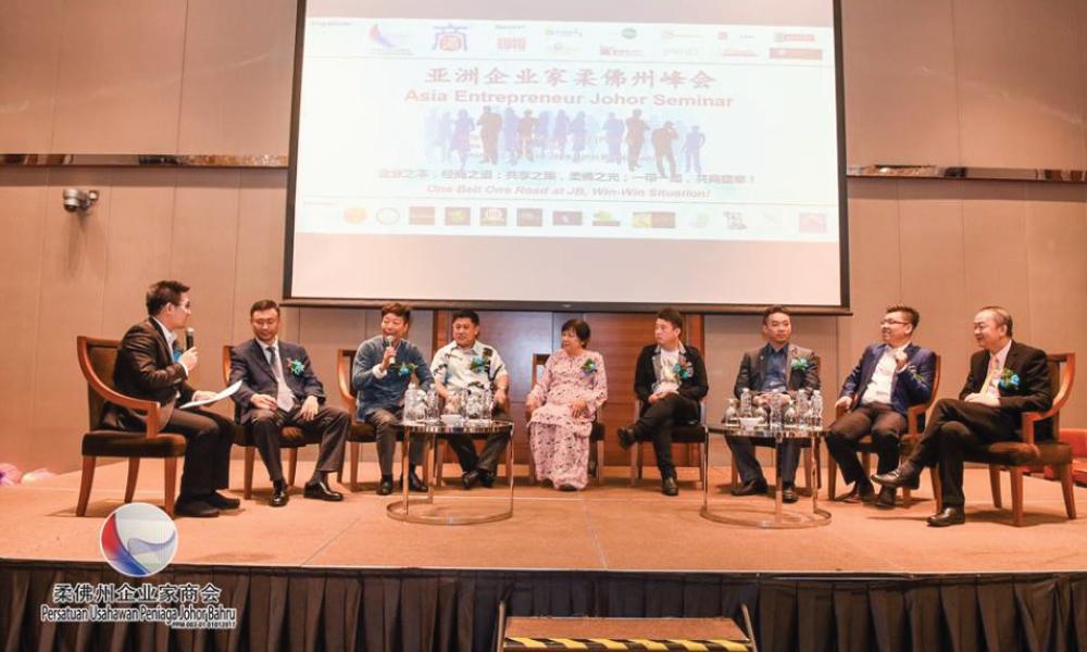 双方企业代表以论坛方式讨论课题。