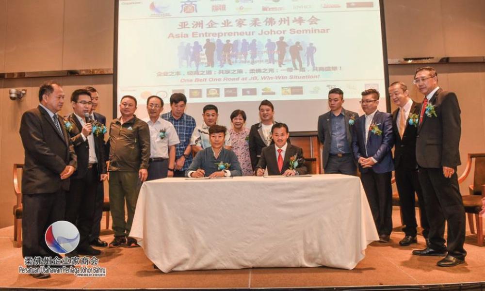 中国万雄集团董事局主席刘福龙与柔佛州企业家商会会长李天仪签署双方合作备忘录,为双方贸易合作奠定基石。